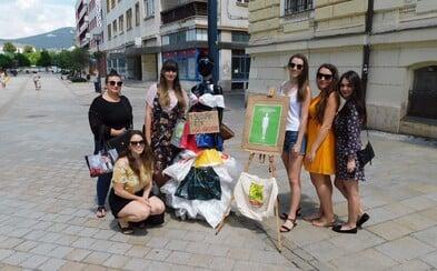 Študentky v Nitre vytvorili naozaj originálnu kampaň proti plastovému odpadu