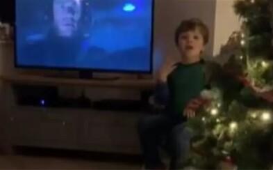 Štvorročný chlapček tlmočí pri stromčeku film pre svojich nepočujúcich rodičov