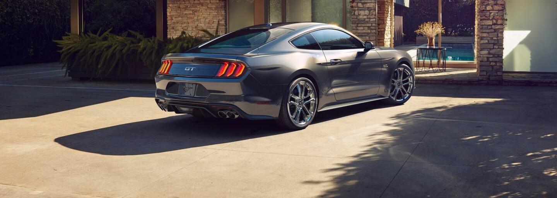 Štvorvalec ostáva, V6 odchádza a V8 posilňuje. Mustang dostal agresívnejšie krivky a až 10-stupňový automat