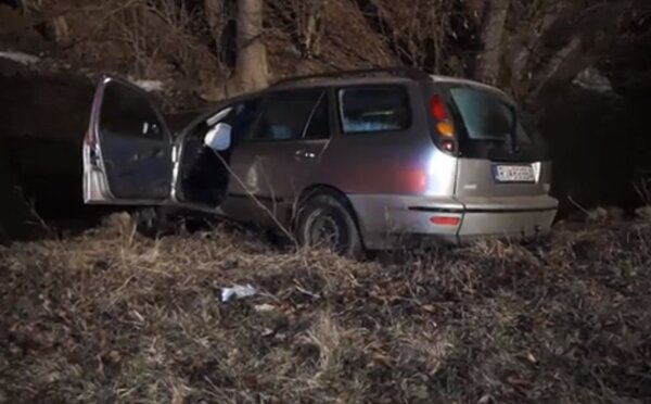 Čtyři opilí Slováci havarovali s autem, skončilo v potoce. Tvrdí, že všichni seděli vzadu