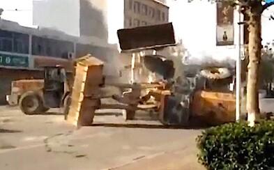 Súboj ako z akčného filmu. Čínske ulice ovládli buldozéry znepriatelených stavebných spoločností