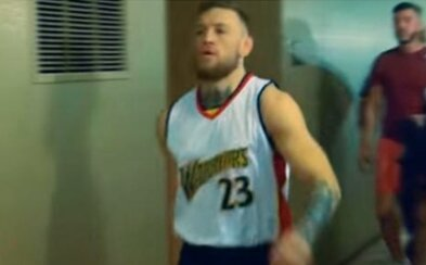 Souboj mezi Mayweatherem a McGregorem pokračuje. Ir tentokrát vytáhl starý dres hráče NBA, který spal s Floydovou přítelkyní