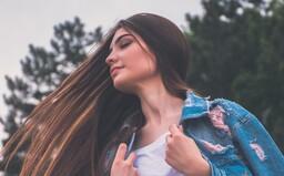Suché a lámavé vlasy sú postrachom každej ženy, ktorá sa o seba stará. Čo je ideálne na rozštiepené končeky a ako sa vyhnúť odfarbovaniu?