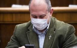 Súd s obžalovaným Kotlebom o šekoch na 1488 eur dnes nebude, na pojednávanie neprišiel a nedáva súhlas na konanie v neprítomnosti