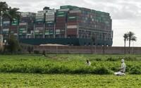 Suezský průplav je konečně volný! Uvízlá loď byla po týdnu uvolněna a pluje