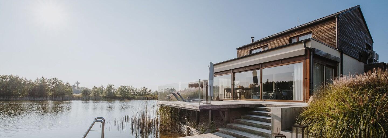 Súkromné mólo, jazero či golfové ihrisko len niekoľko metrov od domu. Takto vyzerá bývanie za 1,2 milióna eur hodinu od Bratislavy
