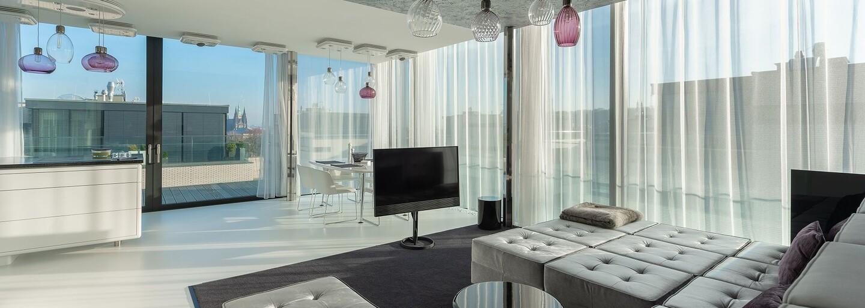 Súkromný bar, terasa s výhľadom na Hradčany a obrovská obývačka. To všetko ponúka penthouse za 5 000 eur mesačne
