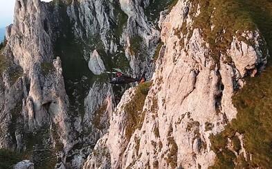 Súkromný pilot fenomenálne zachránil ženu uväznenú na strmých skalách. Profesionálni záchranári pred ním museli akciu odvolať