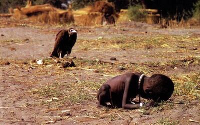 Sup čakajúci na smrť hladujúceho afrického dievčatka. Fotograf kvôli staršiemu záberu dokonca spáchal samovraždu
