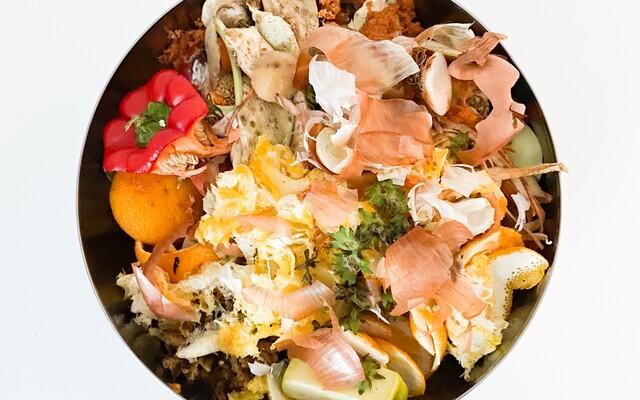 Šupky z ovocia a zeleniny tvoria polovicu obsahu slovenských košov. Prinášame ti návhry, ako môžeš lepšie spracovať bioodpad