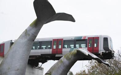 Súprava metra v Holandsku vyletela z koľajníc. Zostala visieť vo vzduchu, zasekla sa do sochy veľrybieho chvosta