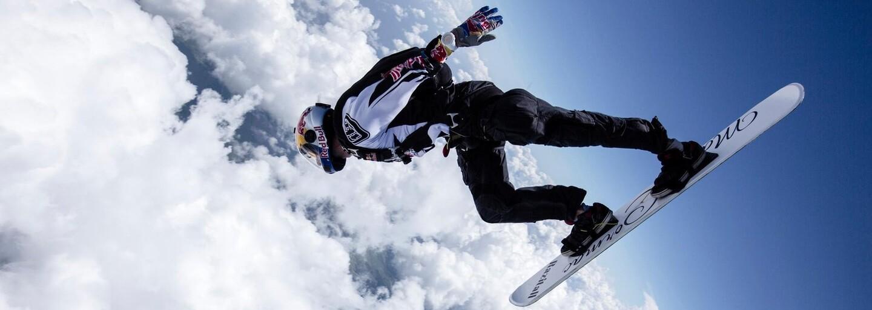 Surfování na rozbouřené obloze: Parašutista se v adrenalinovém videu prohání mezi blesky
