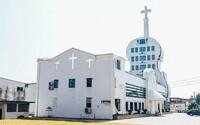 Súťaž o najškaredšiu budovu: kostol v tvare huslí alebo hotel ukrytý v matrioške ukazujú bizarnú architektúru v Číne