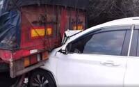SUV narazilo do kamionu, zůstalo zaklíněné: Šofér si toho nevšiml a auto za sebou táhl ještě 3 kilometry