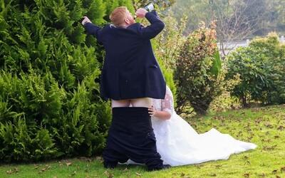 Svadobná fotografia za všetky drobné. Vtipný pár predstieral pred fotografom intímnu chvíľku
