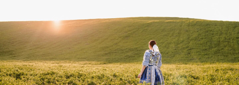 Svadobné fotografie v krásnom slovenskom kroji nemá len tak hocikto. Zamilovaná dvojica vybehla v tradičnom odeve aj na lúku