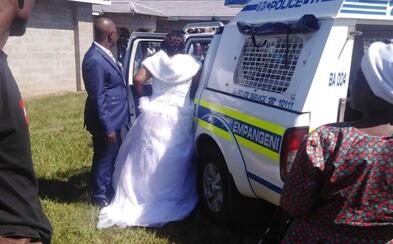 Svatební noc strávili v policejní cele. Navzdory zákazu zorganizovali svatbu, neměli ani roušky