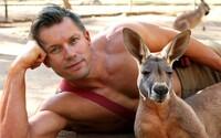 Svalnatí austrálski hasiči aj tento rok pózujú so zvieratami. Zisk z kalendára poputuje na charitu