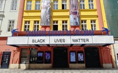 Švandovo divadlo v Praze vyvěsilo na markýzu heslo Black Lives Matter. Kéž byste zkrachovali, komentují lidé na Facebooku