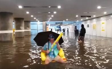 Švédi si zo zatopenej vlakovej stanice nič nerobili a dopriali si letné osvieženie