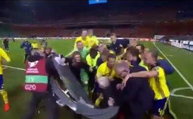 Švédi v radosti z postupu rozmlátili komentátorský pult a zvalili reportérov. Nefalšovaná futbalová radosť baví celý svet