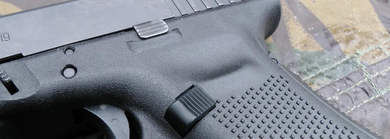 Švédská společnost představila bezdrátová sluchátka, která jsou vyrobena ze slitiny ilegálně držených zbraní