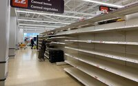 Svět bojuje s nedostatkem zboží. V některých zemích chybí toaletní papír, jinde voda a léky