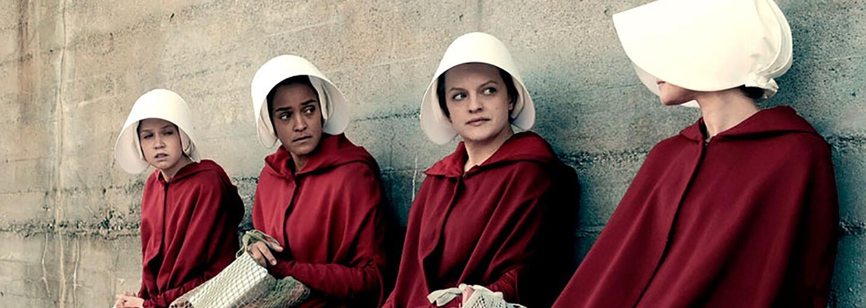 Svet sa búri proti zotročeným ženám v Gileade. Skončí sa v 2. sérii Handmaid's Tale dystopická éra USA plná týraných a znásilnených žien?