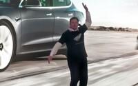 Svet si uťahuje z Elona Muska, že tancuje ako opitý ujo na oslave. Video sám označil ako nevhodné pre divákov do 18 rokov