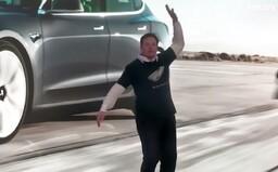 Svět si utahuje z Elona Muska, že tancuje jako opilý strýček na oslavě. Video sám označil za nevhodné pro diváky do 18 let