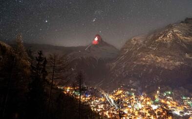 Světlo je naděje, tvrdí Švýcaři. Nasvítili Matterhorn italskou vlajkou, srdcem i důležitými vzkazy