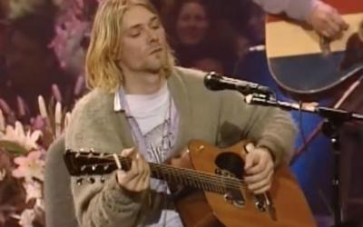 Svetr Kurta Cobaina z Nirvany vydražili za 334 tisíc dolarů