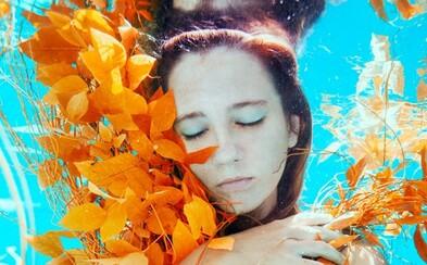 Svoje fotografie tvorí na Bahamách a fascinuje ju elegancia podvodných pohybov