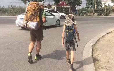 Svojmu synovi chcel ukázať, ako vyzerá skutočný život. Zobral 15 dolárov a pešo sa vybrali naprieč Čínou