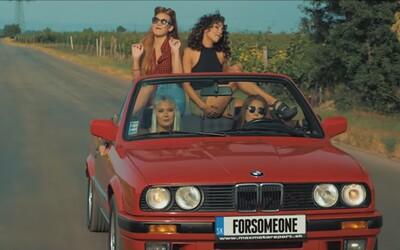 Sympatické dievčatá, slnko a červené BMW. Slovenky Forsomeone ťa naladia na leto vo funky skladbe Čo sa stalo, malo sa stať
