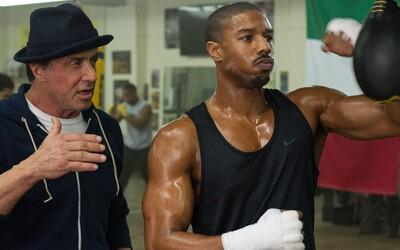 Syn Apolla Creeda rozdáva, ale aj prijíma rany pod dohľadom Rockyho v explozívnom traileri