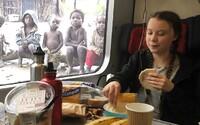 Syn brazilského prezidenta sdílel falešnou fotku Grety, jak obědvá před africkými dětmi. Navíc lhal, že je financována Sorosem