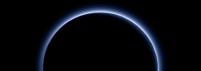 Tajomné Pluto opäť fascinuje: Jeho oblohe dominuje modrá a je podobná tej našej