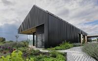 Tajomný zovňajšok a moderný interiér zdobia sídlo na okraji malebnej českej obce
