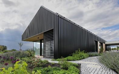 Tajemný zevnějšek a moderní interiér zdobí sídlo na okraji malebné české obce