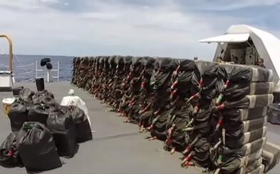 Takmer 6 ton kokaínu za 165 miliónov eur sa podarilo zadržať pobrežnej hliadke pri Kalifornii. Ďalšie 2 tony sa potopili do vody