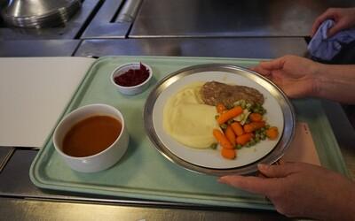 Takmer všetci na nemocničné jedlo nadávajú. Konfrontovali sme otázkami ľudí, ktorí sú za jedálničky a kvalitu jedla zodpovední