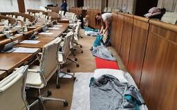 Takto prespali opoziční poslanci na zemi v sále parlamentu. Pyžamá a spacáky vymenia za obleky a budú blokovať schôdzu