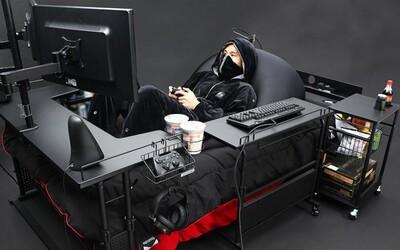 Takto vypadá nejpohodlnější hraní: postel, počítač a herní stůl v jednom. Odejít musíš jen na záchod