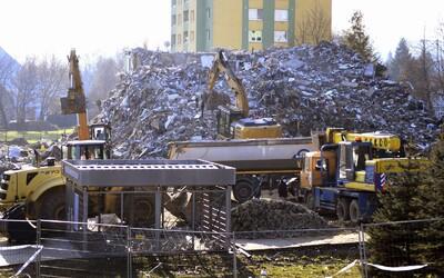 Takto vypadá zbouraná prešovská bytovka. Z místa už odvážejí sutiny