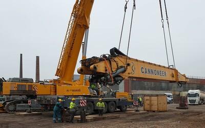 Takto vyzerá 200-tonový demolačný bager, ktorý zbúra panelák v Prešove. Dopravné obmedzenia budú na celej trase zo západu