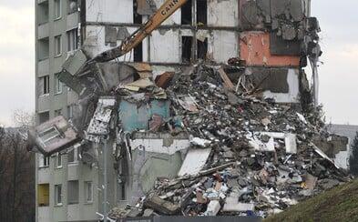Takto vypadá prešovský panelák po druhém dni bourání: Demoliční stroj shodil několik pater a odkryl osobní věci obyvatel