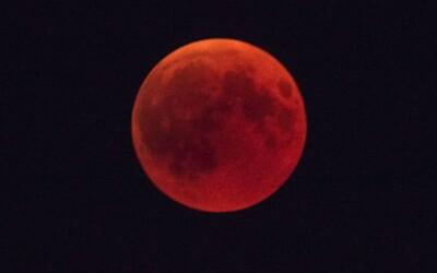 Takýto krvavý Mesiac budeš pozorovať už o týždeň. Podľa náboženských fanatikov sa však blíži koniec sveta