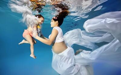 Talentovaný fotograf zachytáva krásu materstva pod vodnou hladinou
