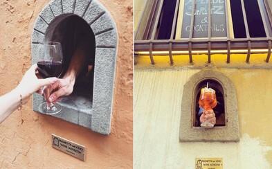 Italové obnovili okénka z dob morové epidemie v 17. století. Slouží na výdej vína